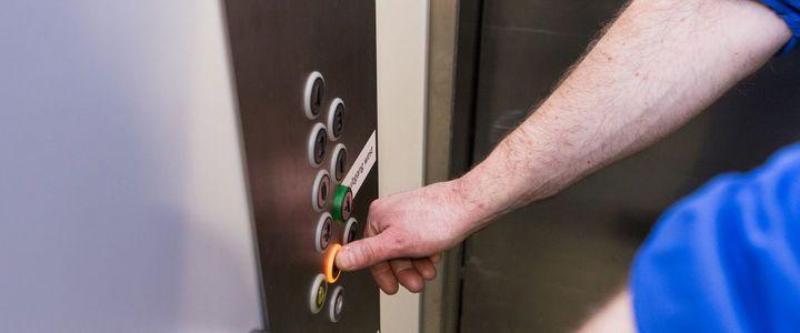 Een veilige lift met behulp van de periodieke liftkeuring